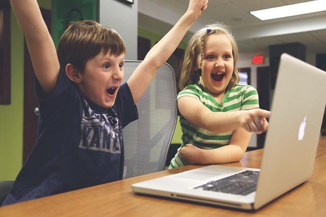 Kinder vor dem Laptop
