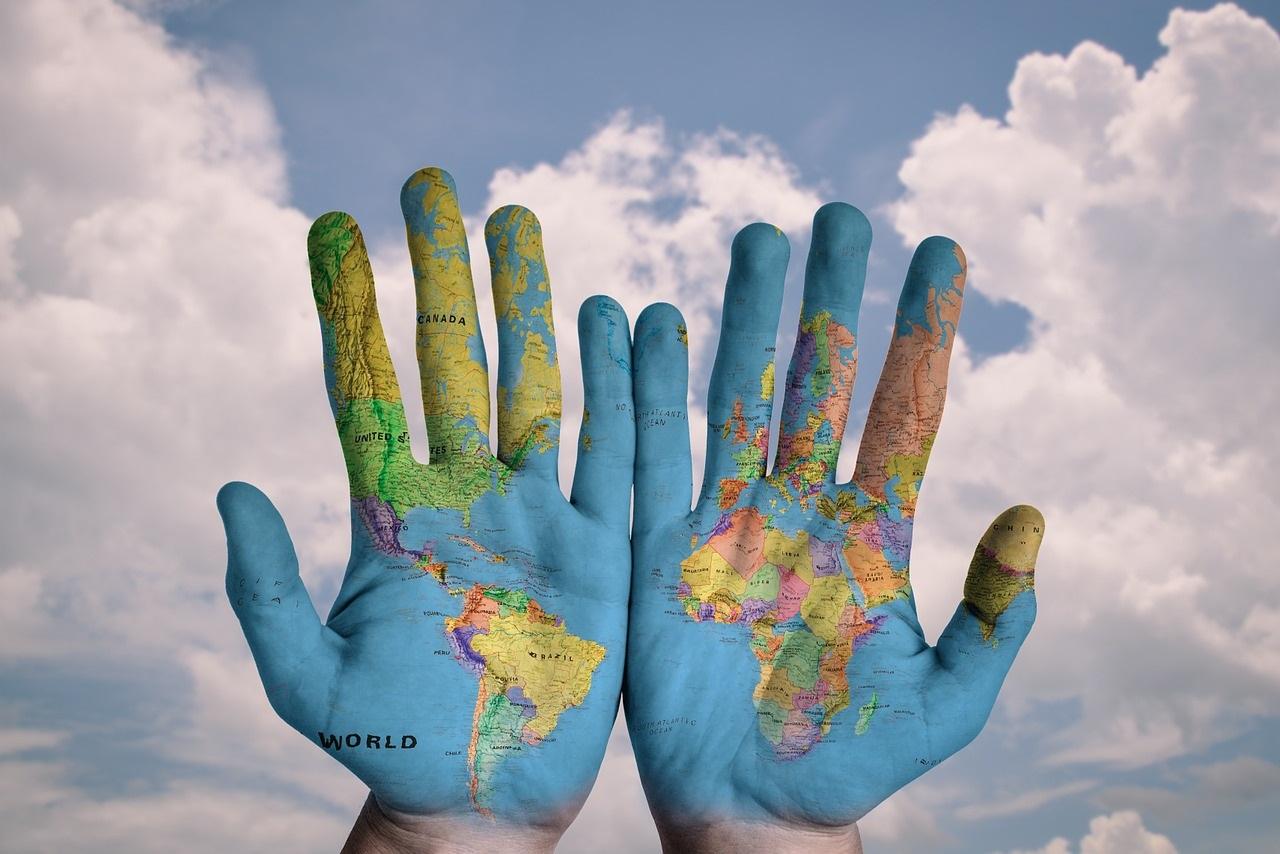 Hände mit Weltkarte drauf